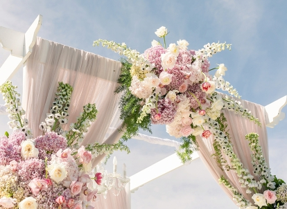 Wedding theme that always looks chic, fresh and romantic floral arches